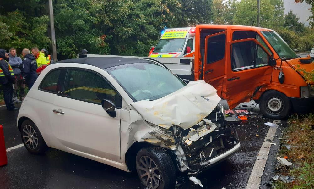 Kirepült az autóból és az aszfaltnak csapódott az anya és kislánya, drámai baleset a Balatoni úton