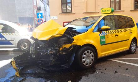 Tömegkarambol a belvárosban, fékezés nélkül egy taxiba csapódott a furgon, kiszakadtak a kerekek, több autó összetört