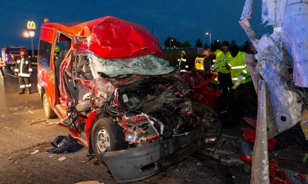 Borzalmas baleset az M1-esen: öten meghaltak, miután egy teherautóba rohant egy kisbusz