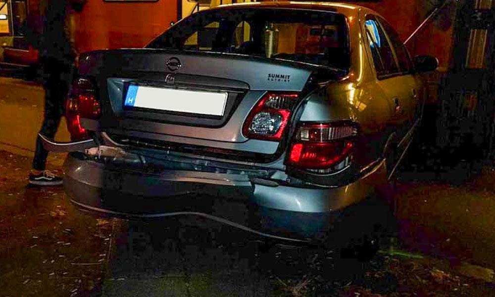 Rombolni kezdett a pánikba esett sofőr és a neki segíteni akaró fiatalok autóját is összetörte, de a villamos sem járt jól