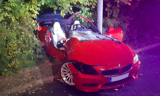 Durván összetört a piros luxus BMW, a sofőrt a nyitott tetejű autóból is csak feszítővágóval tudták kiemelni.