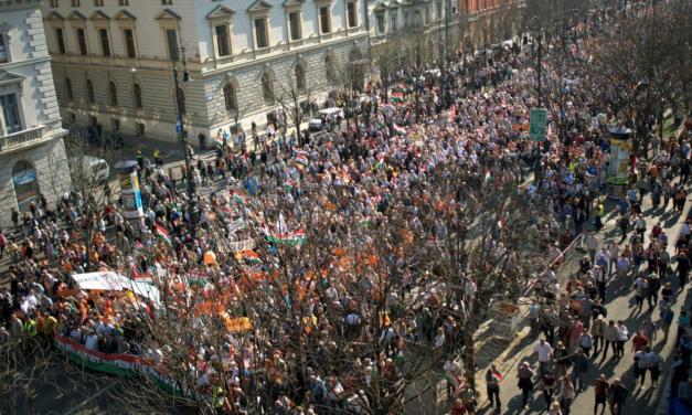 Eljött a nagy nap, az utcán méri össze erejét a két politikai tábor, a szombati közlekedést felejtse el a fővárosban