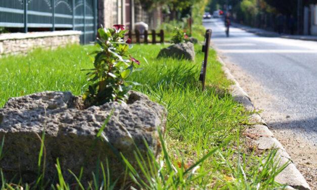 Napi 20 ezer forintos büntetést kaphat, aki betontömbökkel akadályozza a parkolást a háza előtt
