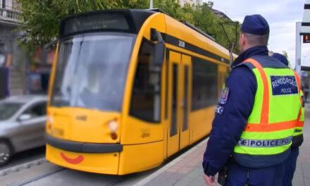 Rendőrségi razzia a 4-es, 6-os villamoson, senki sem menekülhetett, egy körözött férfit is elkaptak